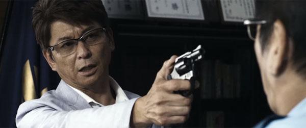 銃を向ける哀川翔