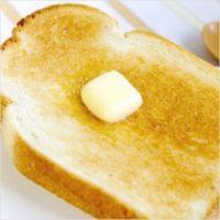 """バターだけでは物足りない!トーストを贅沢な一品にする""""ちょい足しアイデア"""""""