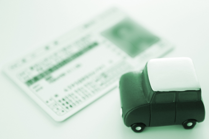 """高齢者の免許証自主返納が増加!""""運転経歴証明書""""でバス半額やタクシー優待も"""