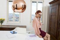5位生足も!? 働く男女が選ぶ「職場には適さない」女性の服装ワースト5