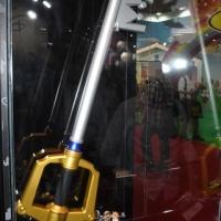 『キングダムハーツ』キーブレードがリアルな大人向け玩具に! おもちゃショーで公開
