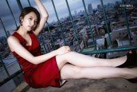乃木坂46衛藤美彩、胸元&美脚あらわ - 赤いミニワンピで色気放つ
