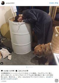 """石田ゆり子の""""謎の行動""""が話題に「ドラム缶に顔を埋めて…癒される…」"""