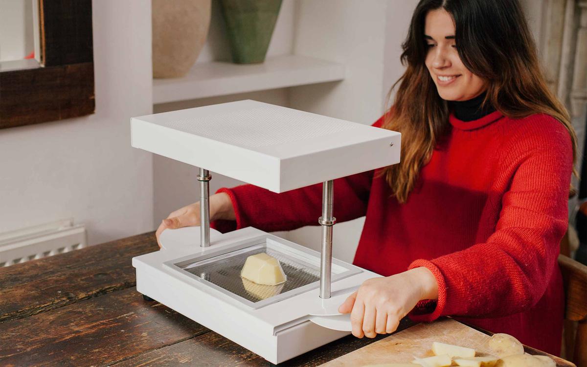 卓上真空成型機『formbox』発表。掃除機吸引で樹脂型を成型、3dプリンターより素早く量産 2016年5月6日