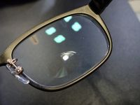 遠近をワンタッチで切り替えられるハイテク眼鏡「TouchFocus」に触れる【動画】
