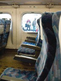 新幹線の座席、背もたれがやけに垂直なのですが
