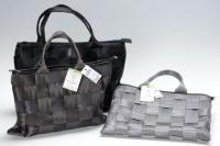 シートベルトとエアバッグを素材にしたバッグ。