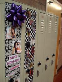 ロッカーを飾り立てて友人の誕生日を祝う米国の中高生たち