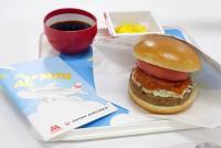 """モスバーガーの看板メニューがJALの機内食に! """"つくる楽しさ""""が評判高し"""