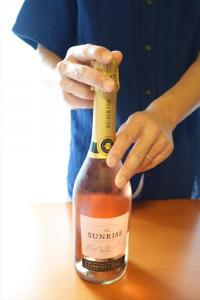 「ポンッ!」と開けるのはマナー違反!? スパークリングワインのスマートな開け方