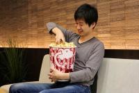 超巨大「MEGAポップコーン」の量が多すぎる! 映画上映中に食べきれないレベル