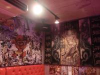 個性的すぎるお好み焼店「ASOKO」(あそこ) 仏像の壁画、真っ赤なシート、水槽には錦鯉