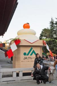 【初詣】浅草寺にデカすぎる鏡餅出現! 撮影スポットとして話題に