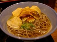 ポテチをだし汁に浸す「ポテチそば」の味わいが絶妙 カルビーと阪急そばのコラボメニューを食べてみた