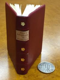 小説家の手作り「豆本」が凄い! ため息出るほど小さく精巧