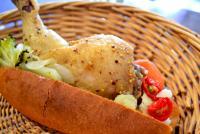 骨付きチキンがドーンとパンに! 行田で豪快すぎる惣菜パンを食べる