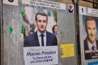 やるかやられるか! 落書きされ放題の仏大統領選ポスター事情