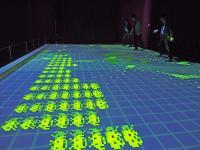東京の夜景をバックにインベーダーゲーム「PLAY!スペースインベーダー展」