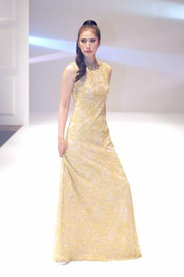 ロングドレスを着ている天海祐希