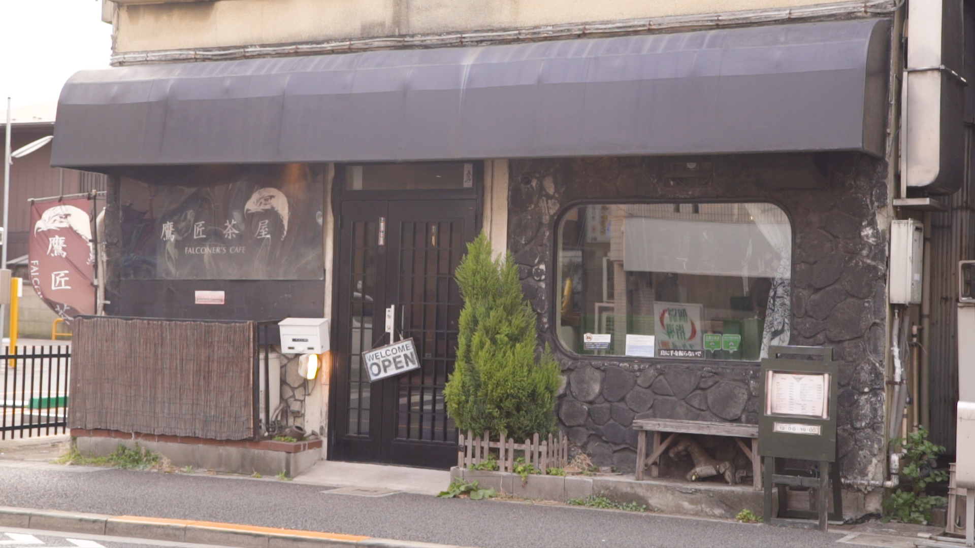 "SNSで話題! 鷹と出会える""世界初""の猛禽類カフェ「鷹匠茶屋」"