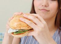【ついに発見】巨大ハンバーガーの「こぼさない食べ方」はコレでした