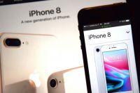 アップル、iPhone 8の生産50%削減か 「需要の弱さ」理由に