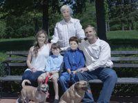 夢に出てきそう…加工修正に失敗した「家族写真」が完全にホラー