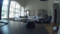 家のWi-Fiカメラをオフにしようとした少年、広角レンズにばっちりおさえられる