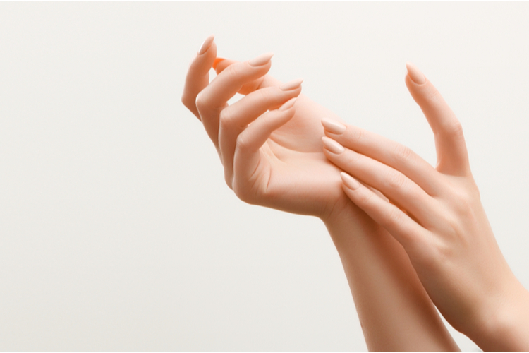 手を見れば年齢が分かる?!老け手を回避!ハンドケア方法徹底解説 - ローリエプレス