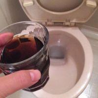 炭酸の抜けたコーラでトイレがピカピカに!