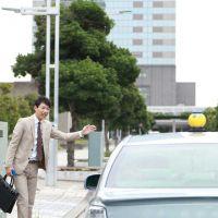 手を挙げれば止まると思ったのに!タクシーを止めるコツ