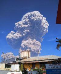 スマトラ島シナブン山 過去最大の爆発!噴煙5km(動画)