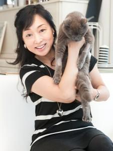 猫を抱っこしている川上麻衣子