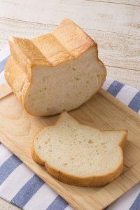 朝食が待ち遠しくなる「ねこ型の食パン」が抜群のかわいさ!