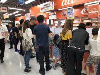 """iPhone発売の""""祭り""""を支えるケータイショップ店員の数日間"""