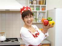 「平野レミが暴れてもお手入れ簡単」 レミさんのワイルド料理でアピールするキッチンのPRが謎の説得力