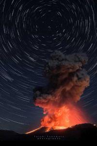 噴火で目撃された自然の驚異と美しさ 霧島連山「新燃岳」の恐ろしくも鮮やかな光景に「奇麗」「美しい」の声