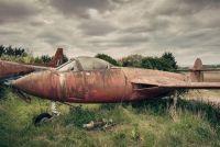 1950年代のイギリス・ヴィンテージジェット機が農場に並ぶ風景