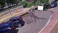水道管の破裂怖い!舗装された道路が一瞬にして吹き飛ぶ衝撃映像(ウクライナ)