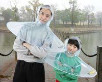 一石二鳥とかでいいんですか?傘とレインコートが一体化した雨具「アンブレラ・レインコート」が爆誕。