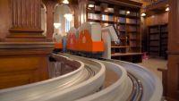 図書館の中をシュッシュポッポ!ニューヨーク公共図書館内を走る本の配送列車