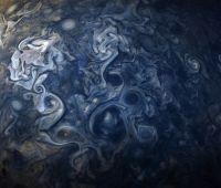 まるでゴッホの絵画のようだ。木星探査機ジュノーが撮影した木星の写真