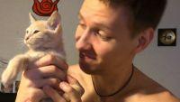 かまってくれないとブーイングが止まらない、甘えん坊でさみしんぼうな茶トラの猫と陽気な飼い主男性のおのろけ動画