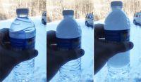 振るだけでペットボトルの水が急速に凍る。スナップフリーズ(瞬間冷凍)をとらえた映像