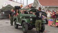速いぞ速い!カナダ軍が1分20秒でジープを解体し、1分20秒で組み立てるという早業を披露