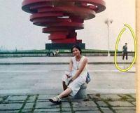運命を信じたくなる。十数年前に観光地で撮影した記念写真には、その後恋に落ち結婚した相手の姿が写っていた