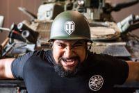 屈強な男が戦車を引っ張る。「FV102 ストライカー」の人力牽引、ギネス世界記録に認定!