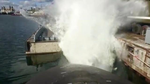 ロシア軍の潜水艦、魚雷の模擬発射で水を大噴射。びしょ濡れになった ...