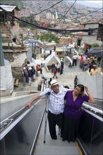 コロンビアのスラム街に全長384メートルの屋外エスカレーターが設置