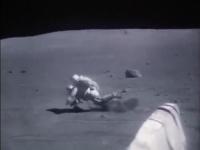 「宇宙飛行士たちは月面でこんなに転んでいたのか…」コケまくる姿が話題に